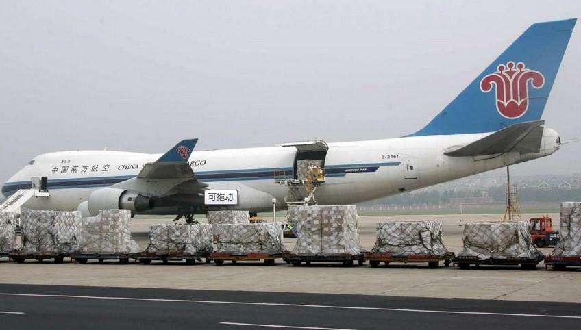 宝山物流公司获悉,中国航空运输协会理事长李军3月7日透露,随着世界民航业进入新的景气周期,我国航空运输业已变为全球最具潜力和活力的航空运输市场,将形成良好的、有潜力的的发展态势。但航空货运发展方式缓慢,还保持在从机场到机场的传统货运阶段,需要大力推进传统航空货运向现代物流的转型。    李军指出,近年来我国航空物流发展滞后。一方面是航空货运规模很小。国外大型航空货运公司都有数百架飞机,而我国民航货机只有140多架,分散在十几家公司,占一半运量的客机腹舱也没有得到有效利用,转型非常必要。   宝山物流公司了